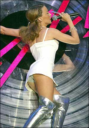 фото на сцене под юбкой